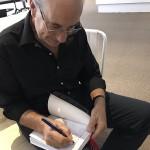 Ruperto Long autografiando libros al finalizar la presentación en el Espacio Cultural WMW