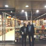 """Ruperto Long y Omar Guerrero, Director Editorial de PRH Perú, en la vidriera de la Librería Sur, donde se exhibe """"La niña que miraba los trenes partir""""."""