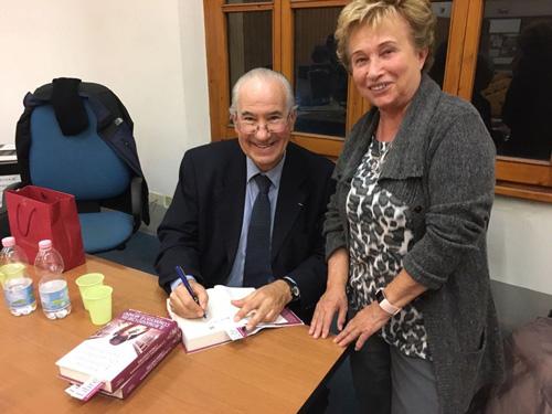 Ruperto Long autografiando La bambina che guardava i treni partire, en Italia.
